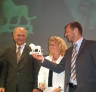 Peter Näder reicht den Bayerischen Musiklöwen an den Stv. Bezirkstagspräsidenten Peter Heusinger weiter