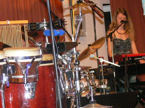 Bild:Navina umgeben von Instrumenten