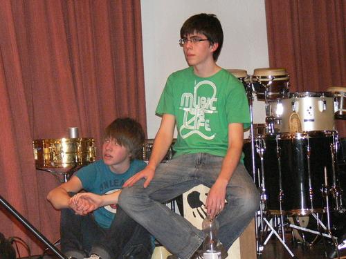 Bild:Tobias und Phillipp lauschen